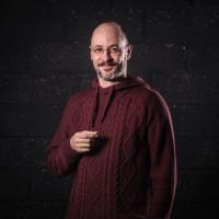 STEPHANE DASSIEU. D'origine bordelaise et de formation scientifique, il s'installe en Bretagne en 2009 pour démarrer une carrière artistique. Formé au soundpainting (composition en temps réel dans toutes les disciplines artistiques), il co-dirige la Cie amateur du Zef puis monte l'ensemble pluridisciplinaire SPECIES en 2010. Parallèlement, il joue en temps que guitariste dans de nombreux groupes ou spectacles et se forme au théâtre impro. Il fonde et dirige la compagnie costarmoricaine Le Songe des Sens depuis 2012. Il écrit plusieurs spectacles dans des disciplines variées (musique, danse et théâtre), le travail de la compagnie étant axés sur trois axes principaux : l'improvisation, le croisement des disciplines et les formes originales.