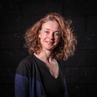 CLAUDIE OLLIVIER. A l'origine de l'histoire, Claudie Ollivier se forme au théâtre pour avoir un outil à proposer dans son métier d'animatrice. Mais elle se pique au jeu ! En 2000, elle devient comédienne, joue pour les spectacles en plein air de la Compagnie de La Pastière (Roméo et Juliette, Cyrano de Bergerac, Per l'amor di Lei) et mène une recherche corporelle et d'improvisation avec la compagnie Mano&Co à Nantes. En 2002, attirée par le travail corporel du comédien, elle se forme à l'école Jacques Lecoq, école internationale de mime et théâtre. Formation déterminante, avant de s'envoler vers la Nouvelle Calédonie: spectacles visuels, textes classiques d'Europe et contemporains du Pacifique, spectacles de prévention : son expérience s'enrichit....  Elle revient en France 5 ans plus tard en 2009. Elle se nourrit auprès d'Ariane Mnouchkine puis Jean-Pierre Wenzel et tisse des liens avec différentes compagnies de théâtre et de contes à qui elle propose son regard (Cie du Passage à Guérande, Cie La fleur qui rit en Seine et Marne). La rencontre en 2010 avec Madeline Fouquet (Cie BODOBODÓ Production à Blois) est déterminante, plusieurs spectacles naitront de cette rencontre (Mystérieux visiteurs, Juste une cachette ?, La Libération, contée). En parallèle, Claudie est intervenante théâtre auprès de publics de tous âges (Compagnie Gazibul à St-Brieuc, écoles primaires en finistère, Alter ego_théâtre forum à Rennes, Si ma Scène te Plaît près d'Angers).