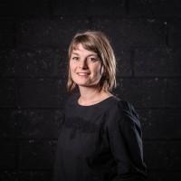 PAULE GROUAZEL-VERNIN. Paule Vernin se forme au théâtre à l'école Claude Mathieu (Paris 18e), trois années consacrées aux techniques de l'acteur, du clown, du chant, du masque et de la danse. Elle multiplie ensuite les expériences auprès de plusieurs compagnies de théâtre en salle et en rue; puis elle intègre la compagnie jeune public AK entrepôt durant 10 ans.  Depuis 2012 elle s'enrichit de différents univers artistiques et mue par l'envie de développer  ses propres projets, elle crée sa compagnie: Le grand appétit. Le lieu pour elle où explorer dans une recherche collective, deux thématiques qui lui sont chères : la table et la langue théâtrale. Les créations sont l'occasion de temps de collectages et de travail de médiation sur les territoires. Elle encadre aussi depuis plusieurs années, différents projets d'ateliers auprès d'enfants, de jeunes et d'adultes.
